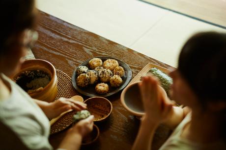 おにぎりを作る母親と手を合わせる娘の写真素材 [FYI02059889]