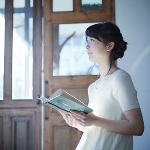 本を持つ女性の横顔の写真素材 [FYI02059894]