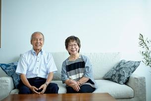 ソファに座るシニア夫婦の写真素材 [FYI02059902]