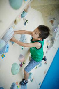 ボルダリングをする男の子の写真素材 [FYI02059904]