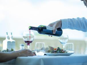 赤ワインを注ぐ手の写真素材 [FYI02059910]