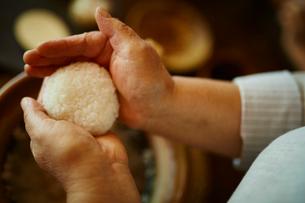 おにぎりを作るシニア女性の手元の写真素材 [FYI02059911]