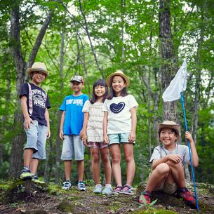 森林の中の子供達の写真素材 [FYI02059912]