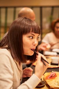 寿司屋で食事をする外国人の写真素材 [FYI02059913]