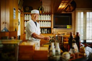 笑顔の寿司職人の写真素材 [FYI02059921]
