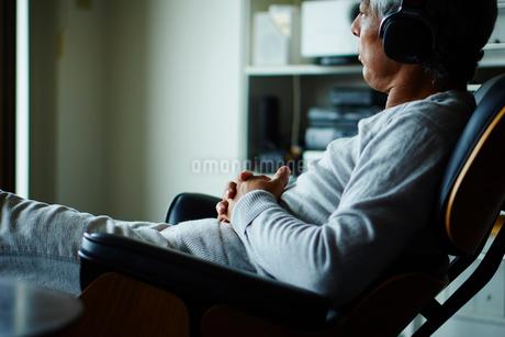 ヘッドフォンで音楽を聴くシニア男性の写真素材 [FYI02059926]