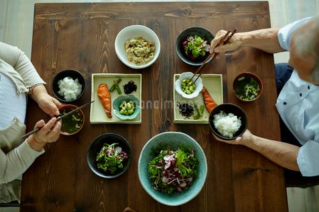 食事をするシニア夫婦の写真素材 [FYI02059928]