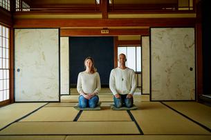 和室で正座する外国人カップルの写真素材 [FYI02059932]