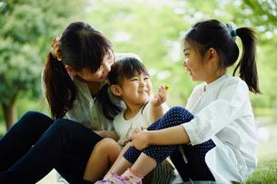 笑顔の母親と2人の女の子の写真素材 [FYI02059939]