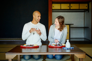 和室で食事をする外国人カップルの写真素材 [FYI02059947]
