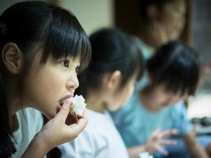 おにぎりを食べる子供たちの写真素材 [FYI02059958]