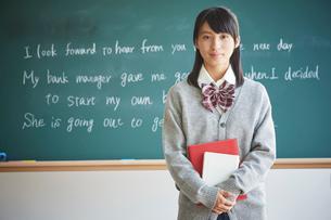 黒板の前に立つ女子学生の写真素材 [FYI02059959]
