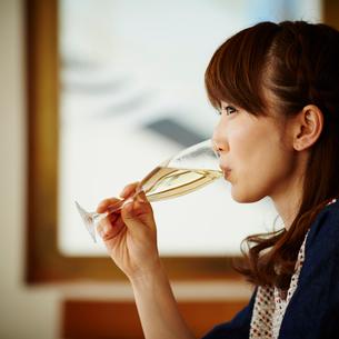 シャンパンを飲む女性の横顔の写真素材 [FYI02059973]