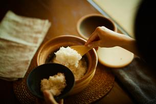 ご飯をよそう女性の写真素材 [FYI02059978]