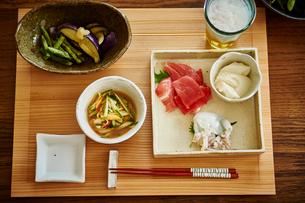 ビールとおつまみ料理の写真素材 [FYI02059981]