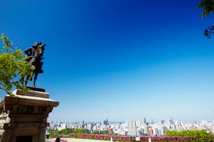 伊達政宗騎馬像と仙台市街 宮城県の写真素材 [FYI02059989]