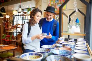 ショッピングを楽しむ外国人カップルの写真素材 [FYI02059995]