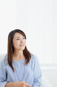 ソファに座る女性の写真素材 [FYI02060017]