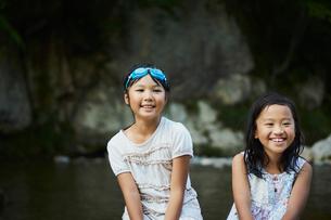 川遊びをする女の子2人の写真素材 [FYI02060037]