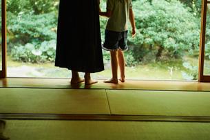 縁側で寄り添う女の子と母親の写真素材 [FYI02060043]