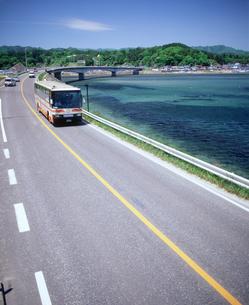 海岸沿いを走る車の写真素材 [FYI02060045]