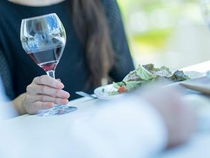 赤ワインが入ったグラスを持つミドル女性の写真素材 [FYI02060046]