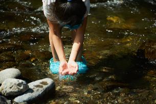 水をすくう女の子の写真素材 [FYI02060053]