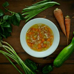 コンソメスープと野菜の写真素材 [FYI02060065]