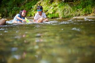 川遊びをする女の子2人の写真素材 [FYI02060067]