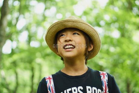 麦わら帽子を被った男の子の写真素材 [FYI02060079]