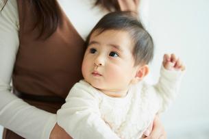母親に抱かれる赤ちゃんの写真素材 [FYI02060090]