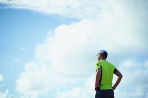 ランニングウェア姿のミドル男性と青空の雲の写真素材 [FYI02060100]
