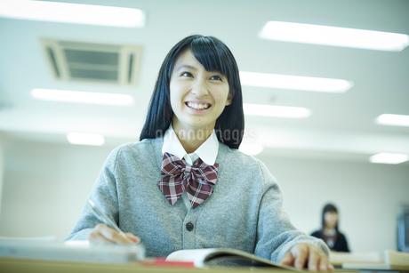 勉強する女子学生の写真素材 [FYI02060107]