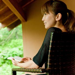 読書をする女性の写真素材 [FYI02060124]