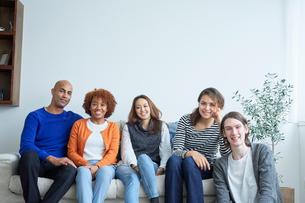 ソファに座る外国人と日本人の写真素材 [FYI02060140]