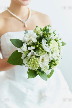 ブーケを持つ花嫁の写真素材 [FYI02060144]