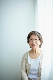 笑顔のシニア女性ポートレートの写真素材 [FYI02060147]