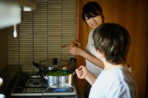 枝豆を茹でる娘と母親の写真素材 [FYI02060148]