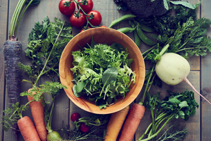 グリーンサラダとオーガニック野菜の写真素材 [FYI02060154]