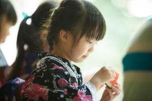 スイカを食べる浴衣姿の女の子たちの写真素材 [FYI02060161]