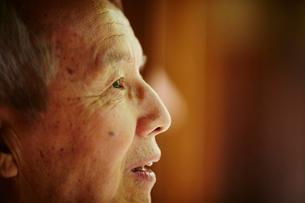 シニア男性の横顔の写真素材 [FYI02060170]