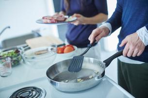 料理をするミドル夫婦の写真素材 [FYI02060171]