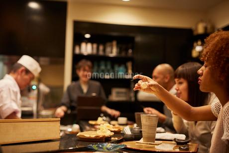 寿司屋で食事をする外国人の写真素材 [FYI02060175]