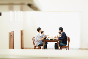 食事をするファミリーの写真素材 [FYI02060178]