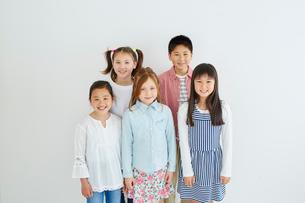 日本人と外国人の子供たち5人の写真素材 [FYI02060181]