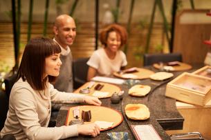 寿司屋で食事をする外国人の写真素材 [FYI02060188]