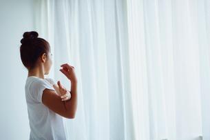 ストレッチをする女性の写真素材 [FYI02060196]