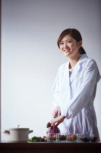 調理をする栄養士の写真素材 [FYI02060200]