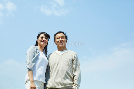 遠くを見るカップルと青空の写真素材 [FYI02060216]