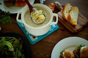 クラムチャウダーとパンとグリーンサラダの写真素材 [FYI02060242]